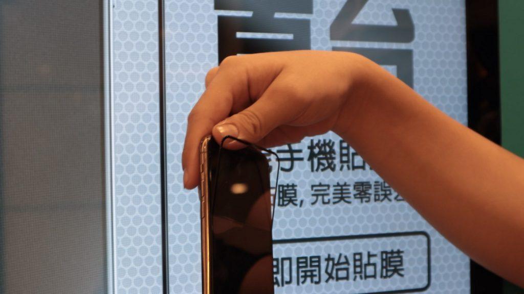 自動販賣機也能貼保護貼?TOPFILM 貼膜機,iPhone 貼膜新體驗 - 9