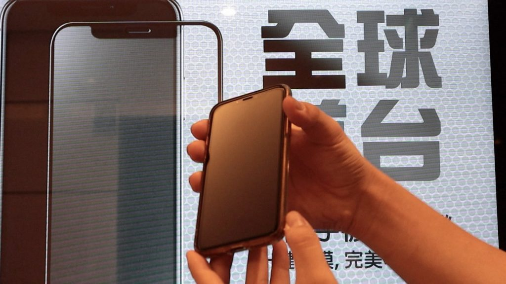 自動販賣機也能貼保護貼?TOPFILM 貼膜機,iPhone 貼膜新體驗 - 22